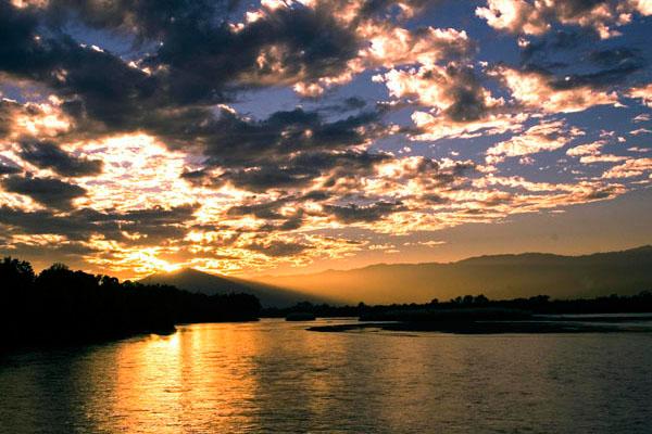 瑞丽江,大盈江风景名胜区位于云南省西部,由潞西,瑞丽江,大盈江3个