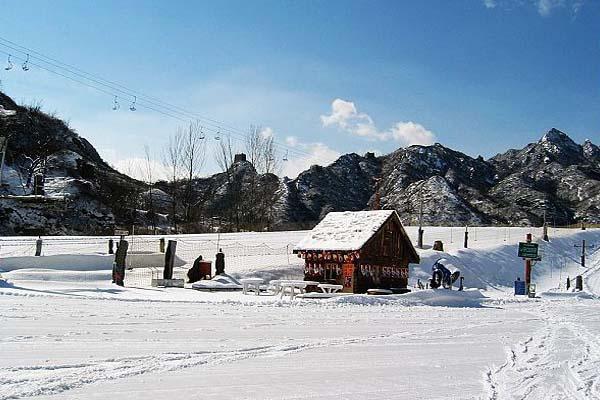 北京怀北滑雪场建在北京九谷口自然风景区内,九谷相连,五座水库散落