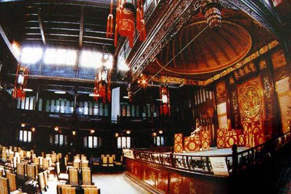 戏楼和戏台全为木结构,梁架跨度大,雕刻精美见称.