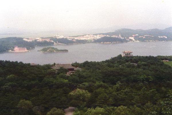 其中,棋盘山风景区和沈阳植物园,在2001年双双荣获国家首批4a级旅游