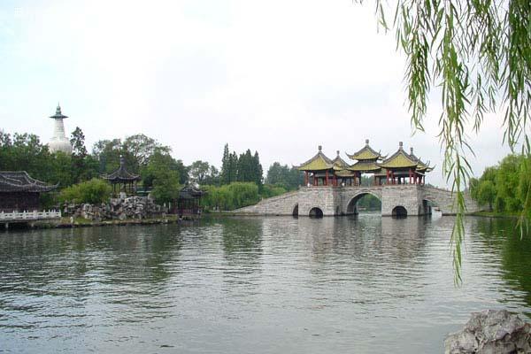 """万花园是瘦西湖风景名胜区,据康熙《扬州府志》记载,""""万花园,宋端平"""