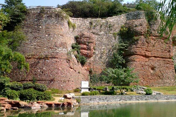 在南京石头城城西,景色清幽,有城市山林之称。清凉山上,名胜古迹随处可寻,有驻马坡、南唐古井、清凉寺、崇正书院及扫叶楼等。石头城在清凉山后,南北全长约3000米。城基遗迹为赭红色,内有大量河光石,一般高出地表0.3-0.7米,最高处为17米,系自然山岩凿成。中段几块突起的红色水成岩,酷似丑脸,故称鬼脸城。此城原为楚威王的金陵邑,筑于楚威王七年(前333年)。东汉建安十六年(211年),吴国孙权迁至秣陵(今南京),翌年在石头山金陵邑原址筑城,取名石头。东晋义熙年间(405-418)加砖