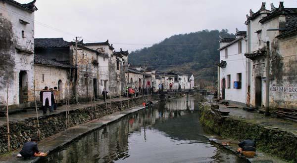 """婺源民居中的""""三雕""""(石雕,木雕,砖雕)是中国古建筑中的典范."""