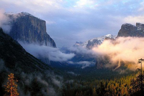 泰山六大风景区: 泰山风景旅游区包括幽区、旷区、妙区、奥区、秀区、丽区六大风景区。 泰山幽区是指中路旅游区,是最富盛名的登山线路,自登山盘路的起始点一天门经中天门至南天门,全长5.5公里,几乎全部为盘路,共有6290级台阶。沿途风景深幽,峰回路转,古木怪石鳞次栉比,主要景点包括岱宗坊、关帝庙、一天门、孔子登临处、红门宫、万仙楼、斗母宫、经石峪、壶天阁、中天门、云步桥、五松亭、望人松、对松山、梦仙龛、升仙坊、十八盘等。