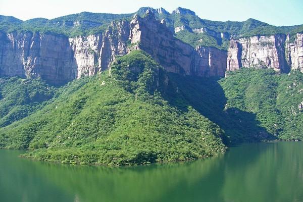 位于辉县市西北的宝泉风景区内,其山势险峻,沟壑纵横;奇峰怪石,造像