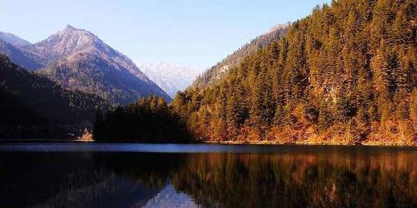 金塔鸳鸯湖风景区位于金塔县城西南10公里