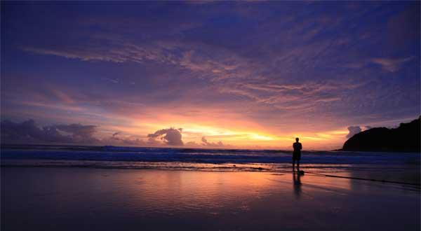 电影里的椰子树和房屋都是另外搭建的,但湛蓝的海水和影片中一样清澈