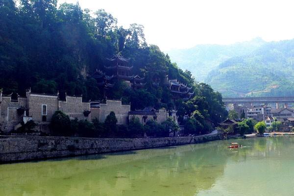 """直径18米,比氵舞 阳河的孔雀峰更为高大,文人墨客称之为""""彩笔出天""""."""