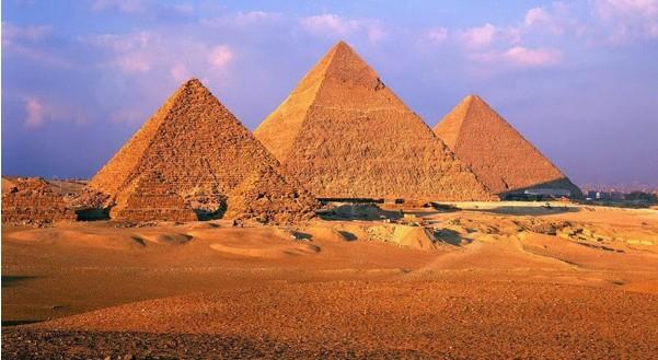 胡夫金字塔南侧有著名的太阳船博物馆