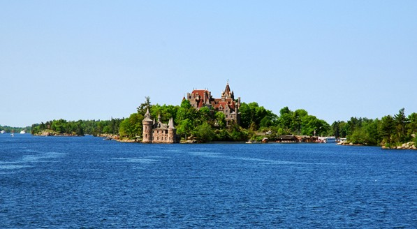 湖中心的分界线将千岛湖一分为二,南岸是美国的纽约州,北岸则是加拿大