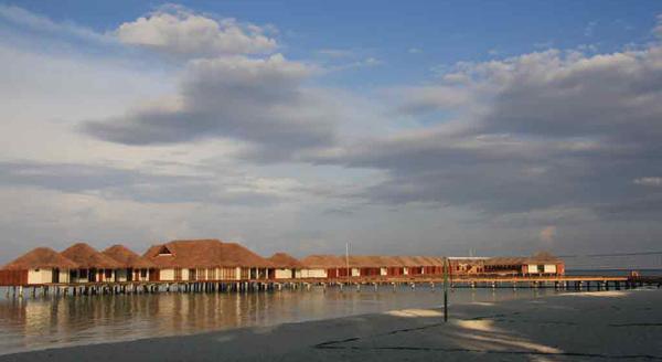 在马尔代夫的海滩别墅全长玻璃门的大窗户和允许无缝流动的空间,从