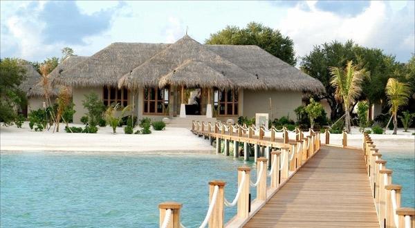 马尔代夫是由很多个小岛组成的,每一个小岛就是一个酒店,机场出来必须乘船到其它的岛屿,也就是不同的酒店。在入境时如果你没有办法讲出你所预定的酒店,那么海关是不会批准你入境的。 海滩水清沙幼,海水如蓝宝石般,堪称世界一流,是海泳和冲浪的首选;而林立的珊瑚礁和成群穿梭其间的热带鱼,又使其成为潜水发烧友的梦想之地和海钓者钟情之所。位于天堂岛的亚特兰蒂斯酒店(AtlantisHotel)是《福布斯》推荐的年度最佳度假酒店,酒店豪华瑰丽,拥有的娱乐设施包括豪华赌场、深海水族馆、人工海湾、水上乐园、游览船和真人历险游