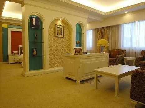 欧式套房  酒店简介      紫东阁华天大酒店位于长沙市远大一路88号